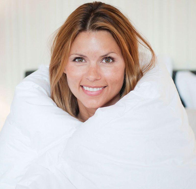 Kvinna invirad i täcken